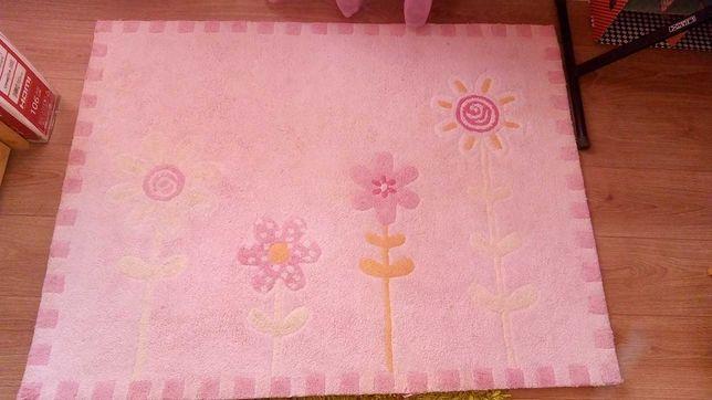 Tapete rosa e com flores menina