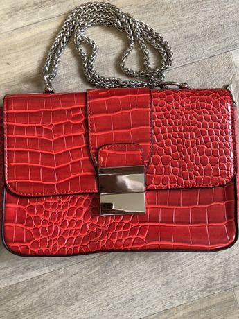 Кожаная рельефная сумка красного цвета