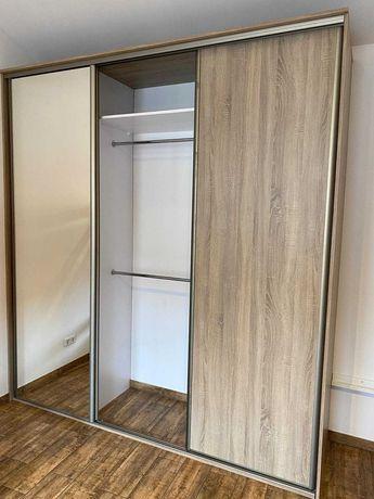 Szafa przesuwna  trzy drzwiowa z lustrem