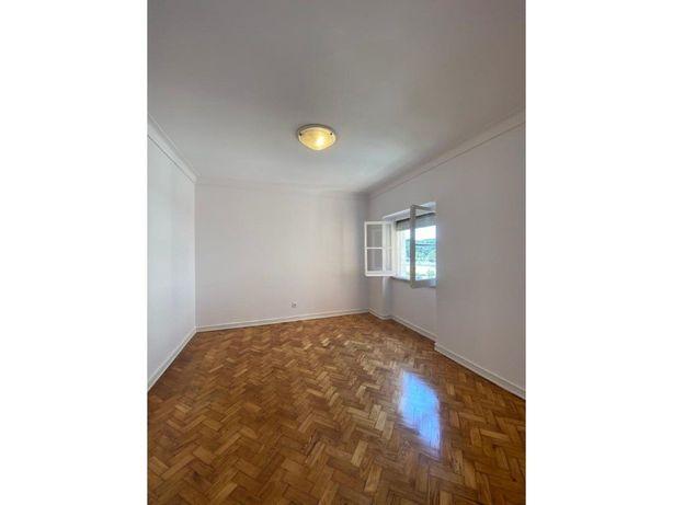 Apartamento remodelado com excelente localização perto do...