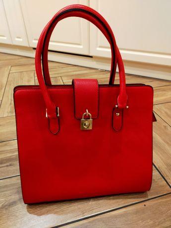 Czerwona torebka w zestawie pasek