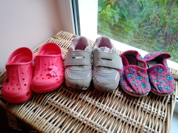 Кроссовки, домашние тапочки, кроксы для девочки обмен на 3 киндера