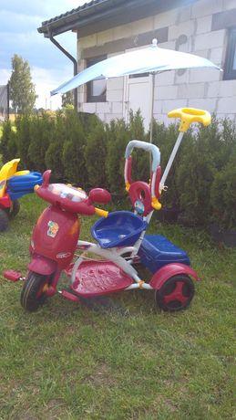 Rowerek trójkołowy z daszkiem przeciwsłonecznym i kuferkiem.