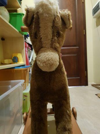 Pluszowy koń na biegunach