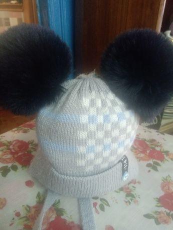 Зимова шапка з помпонами