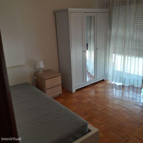 Apartamento 3 quartos. Estudantes Femininas. Aluguer mínimo 1 ano.