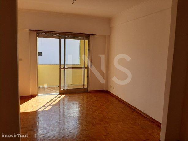 Apartamento T2 sem móveis para arrendamento em Alfragide.