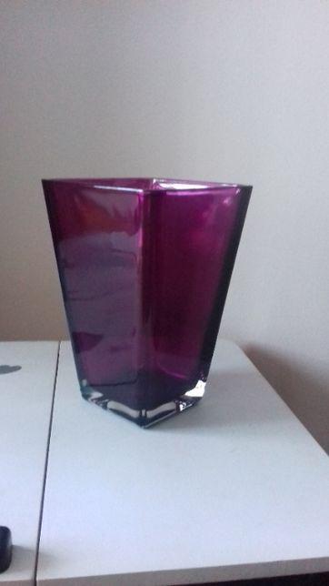 Wazon z fioletowego szkła