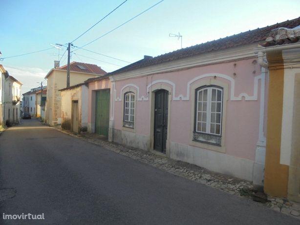 Moradia T2 localizada em Carregueiros com Pátio e Garagem