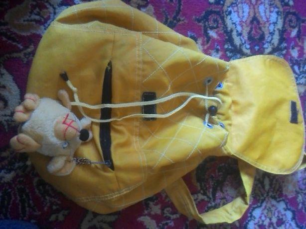Рюкзак желтый с брелком