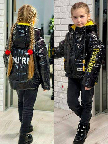 Демисезонные лаковые черные куртки с надписями глянцевая весенняя