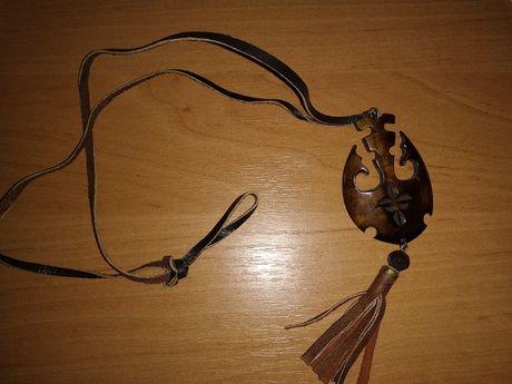 Кулон на шнурке из кожи