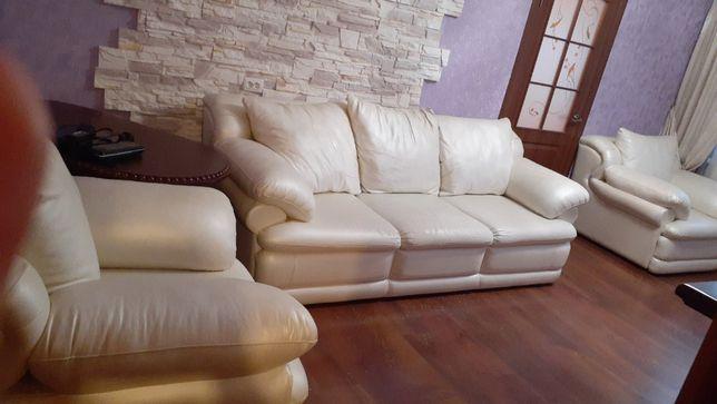 Продаю мягкую мебель - диван и 2 кресла!