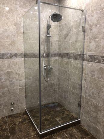 Угловая душ кабина. Стеклянные двери в душ . Стеклянные перегородки