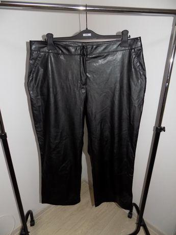 стильные клешные  кожзам брюки немецкого бренда yessica/на пышные форм