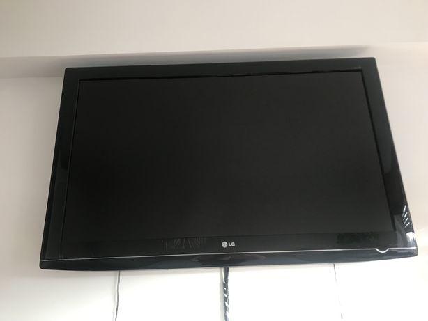 """LCD LG 52"""" Full HD com suporte de parede"""