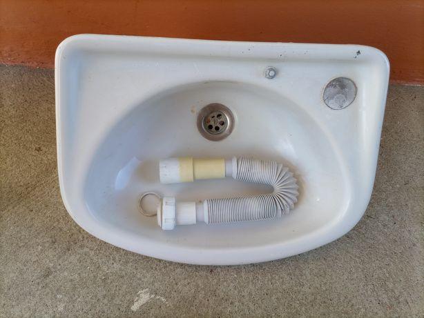 Pequeno lavatório branco