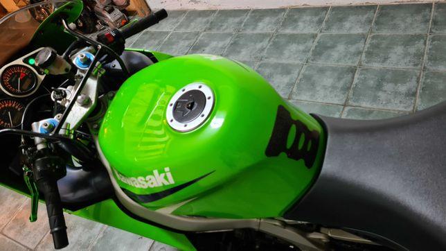 Moto zx6r muito estimada.