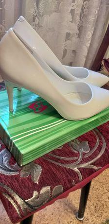 Туфли белые, лаковые