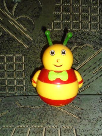 Музыкальная пчела-неваляшка.