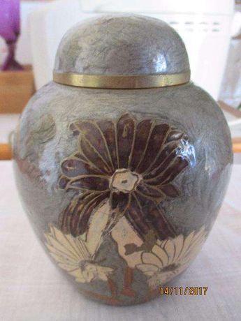 Pote metálico com desenho de flores esmaltadas