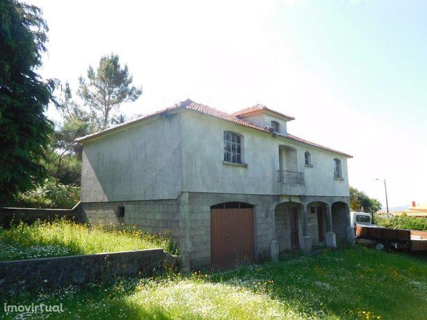 Moradia em construção c/ terreno, em Paredes de Coura.