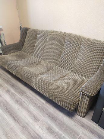 Продам диван, два кресла и пуфики