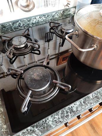 Płyta gazowa, czarna i piekarnik elektryczny + dodatkow okap kuchenny.
