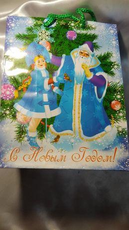 Новогодний пакет для упаковки подарка.