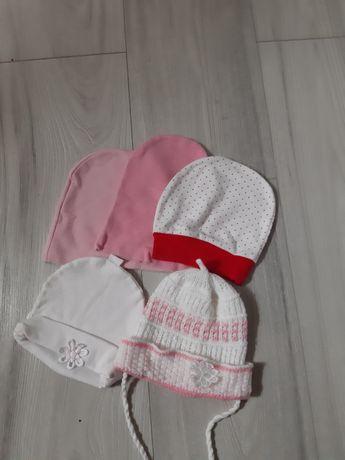 Тонкие шапочки 6-18м.новые игрушки,погремушки.платье 62-68.шапка 48