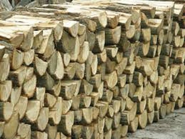 Połupane -sezonowane, grube polana, drewno kominkowe-układane,