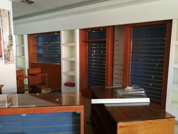 Mobiliario de Loja em Excelente estado de conservação