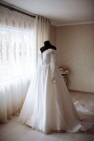 Весільне плаття, фата і корона.
