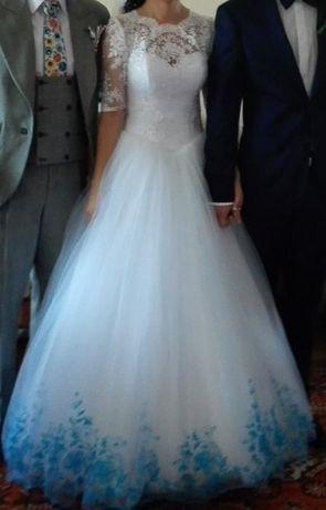 Suknia ślubna z błękitnym haftem