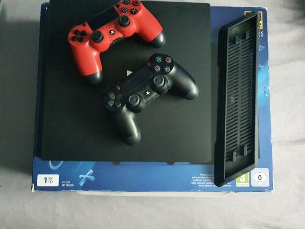 PS4 Pro + 2 pady +2 gry