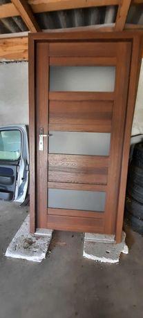 Drzwi z szeroka futryną