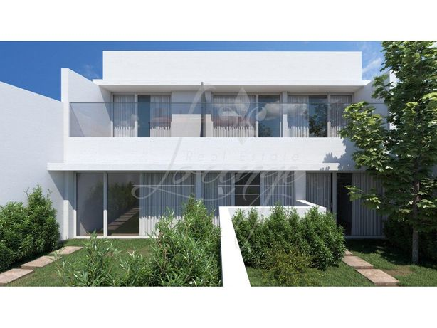 Vende-se Townhouse Loft T2 Mezzanine Novo com Jardim (Gol...