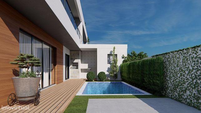 Moradia V4 unifamiliar com piscina em Pinhal Conde da Cunha/ Amora