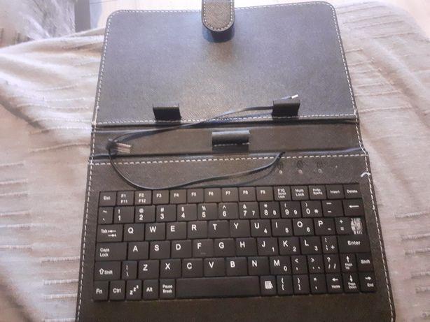 Pokrowiec na tablet/telefon z klawiaturą.
