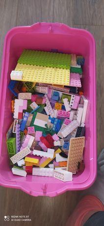Klocki lego w pudełku.