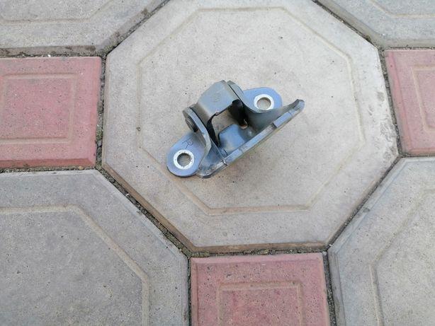 Нижняя петля передней правой двери ес 14-16 год