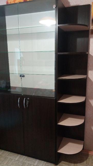 Шкаф-витрина с угловыми полками