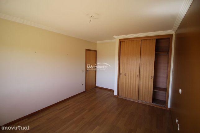 Apartamento T3 com garagem fechada para uma viatura na freguesia de Sã