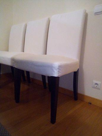 Cadeira de madeira preta com capa branca