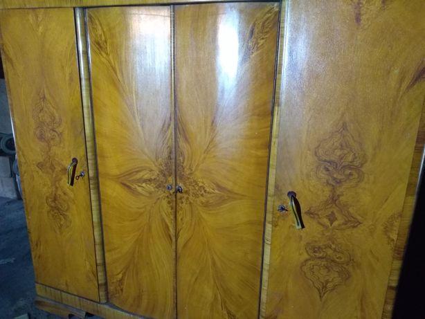 Dwie zabytkowe szafy.