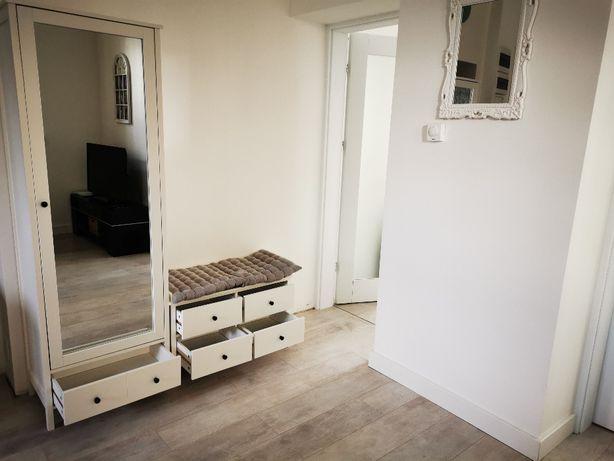 Biała szafa z lustrem i szafka z siedziskiem