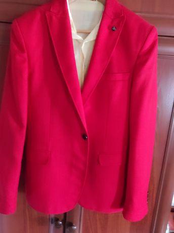 Пиджак красный на юношу