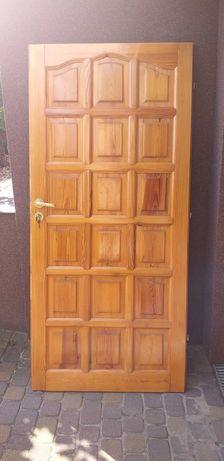 Drzwi sosnowe z zamkiem i klamką