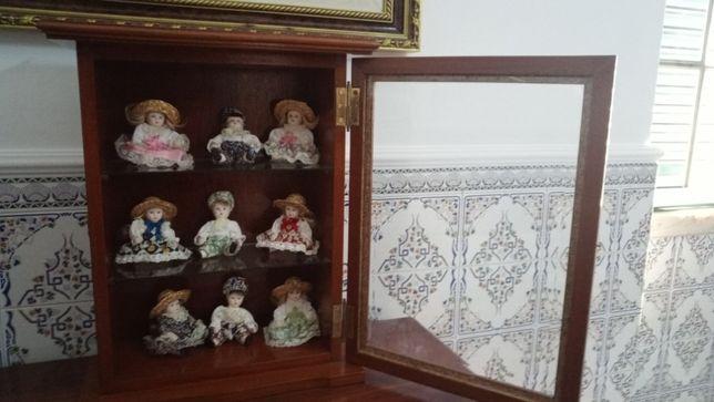 Conjunto de Móvel e Bonecas de Porcelana
