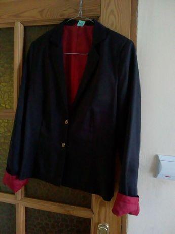 Czarny żakiet z czerwoną podszewką rozmiar 38